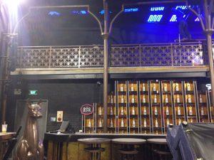Sơn màu nhũ ánh vàng cho bar ở 18 lương ngọc quyến.